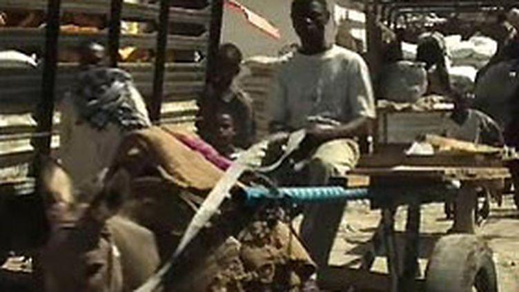 Scène de rue à Mogadiscio, ville détruite par la guerre civile (F2)