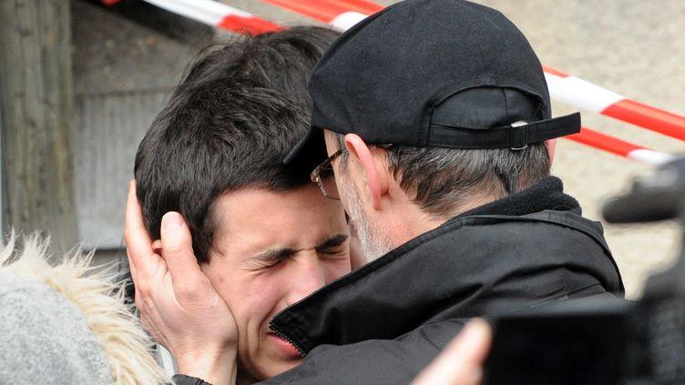 Un adolescent effondré après la tuerie du collège-lycée Ozar Hatorah de Toulouse (Haute-Garonne), le 19 mars 2012. (REMY GABALDA / AFP)