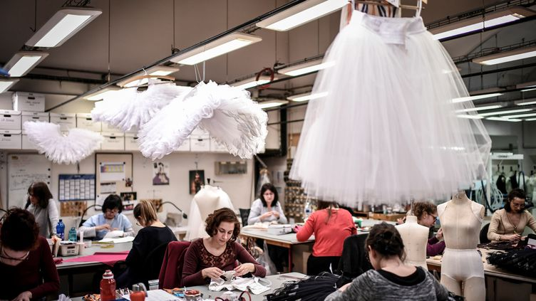 Les créateurs de costumes de l'Opéra de Paris travaillent sur des tutus, en janvier 2019. (STEPHANE DE SAKUTIN / AFP)