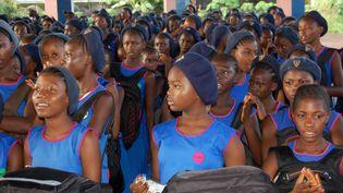 Desfilles assistent à leur premier jour d'école à la Freedom secondary School, en Sierra Leone, le 17 septembre 2018. (SAIDU BAH / AFP)