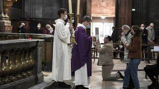 Lors d'une cérémonie religieuse à l'église Saint-Sulpice à Paris le 29 novembre 2020 (photo d'illustration). (ALAIN JOCARD / AFP)