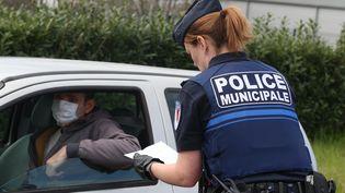 Un contrôle de la police municipale à Colmar (Haut-Rhin) le 18 mars 2020 (HERVE KIELWASSER / MAXPPP)