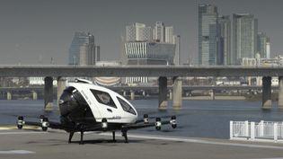 Un taxi drone pourrait voir le jour en Corée du Sud. Il pourrait transporter plusieurs personnes tout en évitant les embouteillages dans les rues. (France Info)