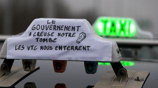 Un taxi pendant une mobilisation à proximité de l'aéroport Roissy-Charles-de-Gaulle, mardi 26 janvier 2016. (KENZO TRIBOUILLARD / AFP)