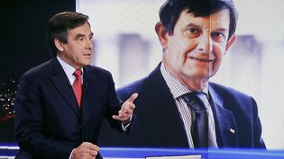 François Fillon sur le plateau de TF1, le 9 novembre 2014, avec, sur l'écran du fond, une photo de Jean-Pierre Jouyet. (  MAXPPP4)