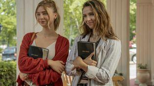 """Angelica Bette Fellini (à droite) et Maddie Phillips (à gauche) jouent des soeurs jumelles dans la série Netflix """"Teenage Bounty Hunters"""". (TINA ROWDEN/NETFLIX)"""