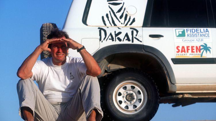 Hubert Auriol dans son rôle de directeur de course sur le Dakar 2000. (THIERRY DELAUNAY)