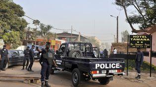 La police sur les lieux de l'attentat, à Bamako, le 7 mars 2015. (HABIBOU KOUYATE / AFP)