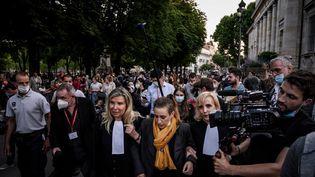 Valérie Bacot, entourée de ses avocates, à la sortie de la cour d'assises de Châlon-sur-Saône (Saône-et-Loire), le 25 juin 2021. (JEFF PACHOUD / AFP)