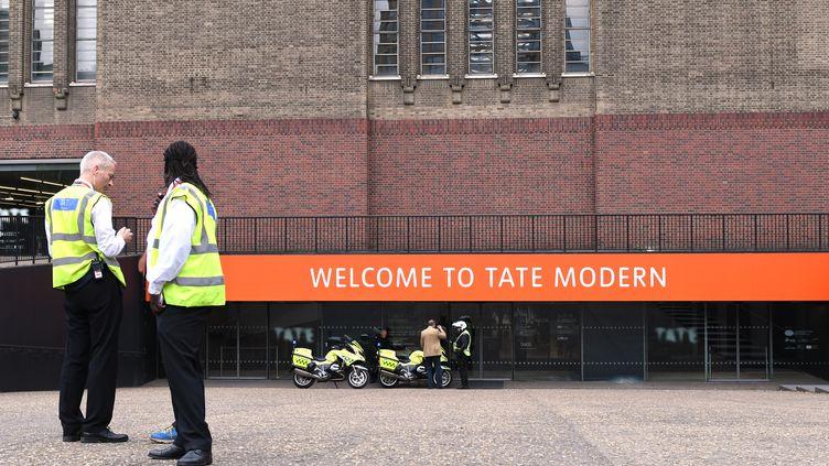 Des agents de sécurité et des policiers devant le Tate Modern à Londres (Angleterre) après qu'un touriste françaisde 6 ans soit tombé du 10e étage du musée, le 4 août 2019. (DANIEL SORABJI / AFP)