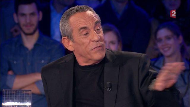 """Laurent Baffie fait deux doigts d'honneur à Vincent Bolloré sur le plateau d'""""On n'est pas couché"""""""