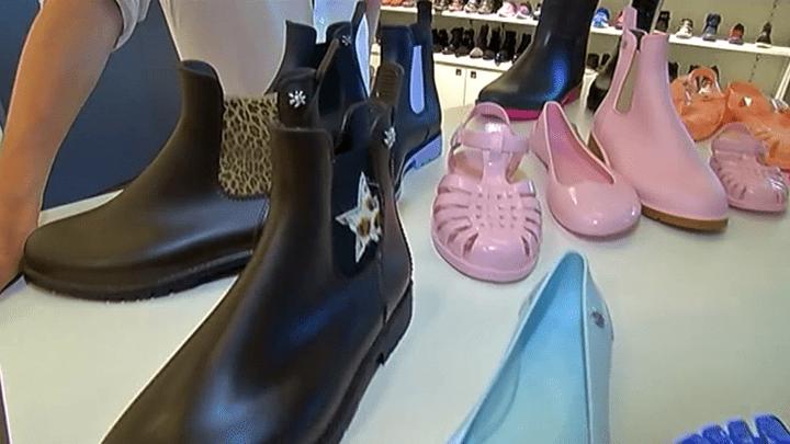 Bottes, sandales ou ballerines, le plastique est partout  (France 3/Culturebox / capture d'écran)