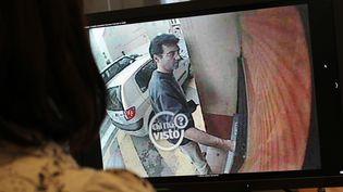 Xavier Dupont de Ligonnès filmé par lacamérade vidéosurveillance d'un distributeur de billets,à Roquebrune-sur-Argens (Var), le 14 avril 2011. (THOMAS COEX / AFP)