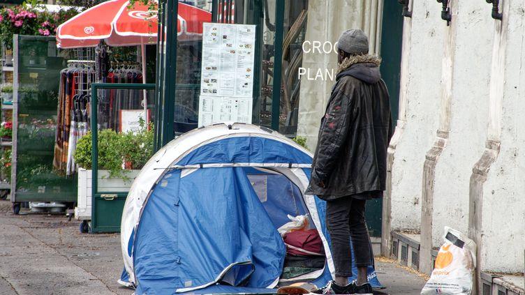 Quai de la Mégisserie à Paris le 17 mars 2021, un SDF a installé sa tente sur le trottoir. (DANIEL FOURAY / MAXPPP)