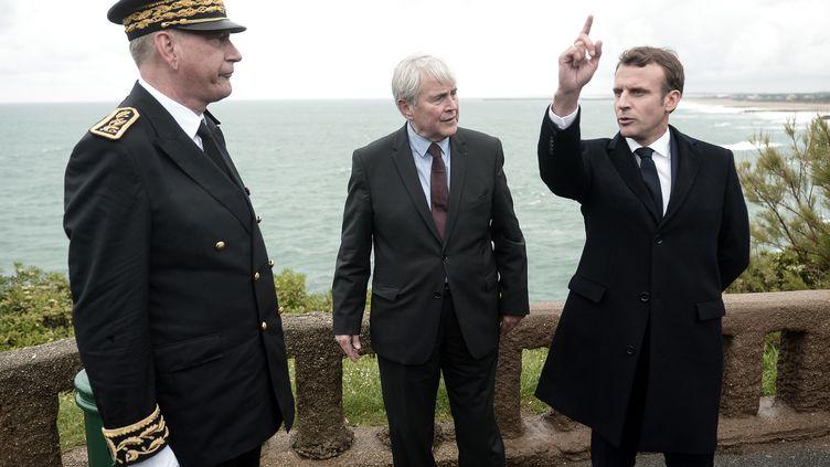 Le président de la République, Emmanuel Macron, avec le maire de Biarritz, Michel Veunac (au centre), et le préfet des Pyrénées-Atlantiques, Eric Spitz (à gauche), le 17 mai 2019 dans la cité basque. (IROZ GAIZKA / AFP)