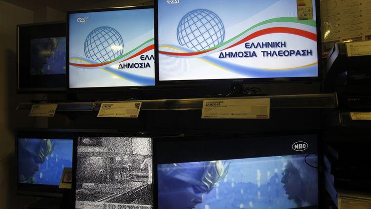 Le logo de la nouvelle télévision publique EDT apparaît sur les écrans, le 10 juillet 2013, en Grèce. ( MAXPPP)