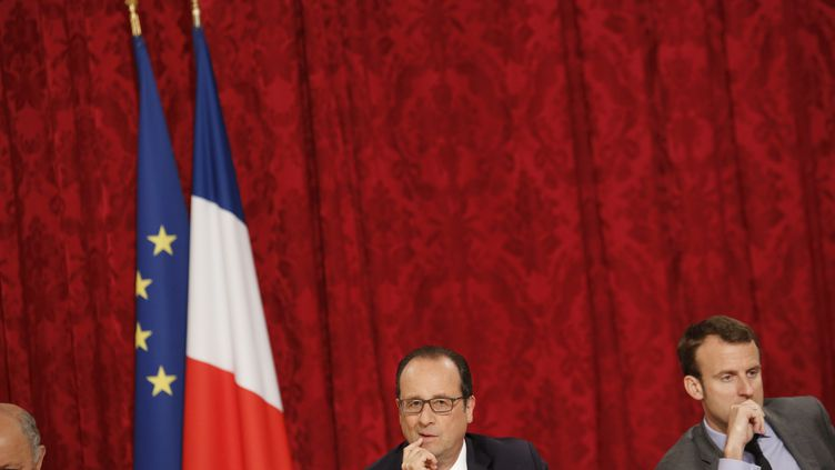 François Hollande et Emmanuel Macron, lors d'un conseil stratégique à l'Elysée, le 16 juin 2015. (DENIS ALLARD / REA)