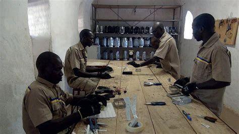 Atelier de fabrication de lampes solaires à Ouagadougou, auBurkina Faso en 2017. (Entreprise Lagazel)