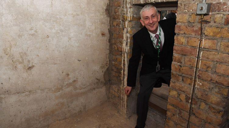 Lindsay Hoyle visite une chambre secrète accessible depuis un passage oublié depuis le XIXe siècle, au palais de Westminster, à Londres. (JESSICA TAYLOR / UK PARLIAMENT / AFP)