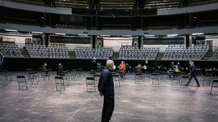 Un retraité attend de se faire vacciner au Palais des sports de Lyon le 14 janvier 2021. (JEAN-PHILIPPE KSIAZEK / AFP)