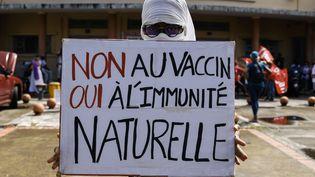 Une pancarte lors d'une manifestation contre le pass sanitaire organisée à Fort-de-France en Martinique le 31 juillet 2021. (OLIVIER CORSAN / MAXPPP)