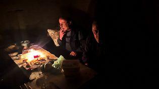 Des habitants de Stepanakert, capitale du Haut-Karabakh, cloîtrés sans électricité, le 5 octobre 2020. (CLAUDE BRUILLOT / ESP - REDA INTERNATIONALE)