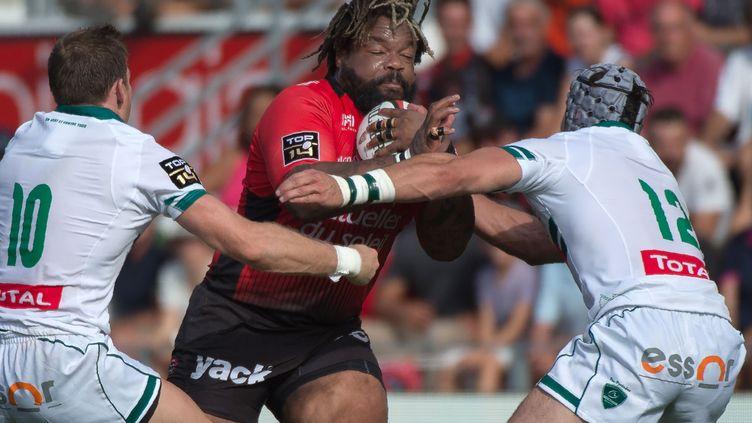 Le joueur de Toulon Mathieu Bastareaud face à Slade et Nicot (BERTRAND LANGLOIS / AFP)