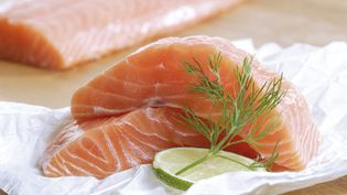 Le saumon contient des nutriments essentiels mais aussi de nombreux contaminants. (CREATIV STUDIO HEINEMANN / WESTEND61)