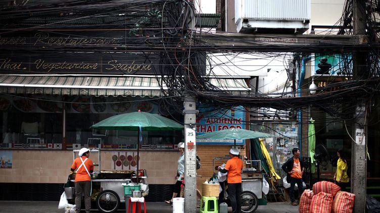 """Une petite échoppe qui propose de la """"nourriture de rue"""", à Bangkok. (LIONEL DECONINCK / FRANCEINFO)"""