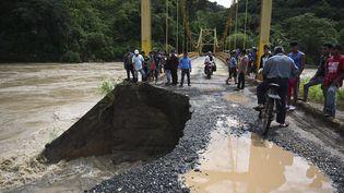 Un pont endommagé par l'ouragan Eta à Panzos (Guatemala), le 6novembre 2020. (JOHAN ORDONEZ / AFP)