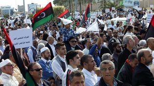 Des manifestants défilent contre la présence des milices armées, à Tripoli, en Libye, le 15 novembre 2013. (ISMAEL ZETOUNI / REUTERS)