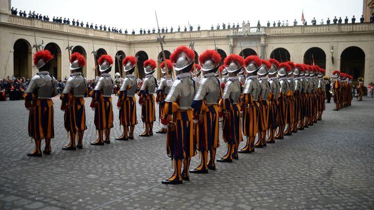 Les Gardes suisses s'engagent en général pour deux ans au service du pape. (FILIPPO MONTEFORTE / AFP)