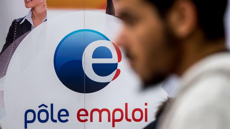 Un jeune homme à Pôle emploi à Villeneuve-d'Ascq (Nord). Photo d'illustration. (PHILIPPE HUGUEN / AFP)
