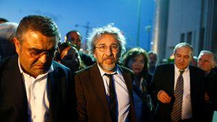 Can Dündar, rédacteur en chef d'un journal d'opposition, sort du tribunal d'Istanbul, le 6 mai 2016. (OSMAN ORSAL / REUTERS)