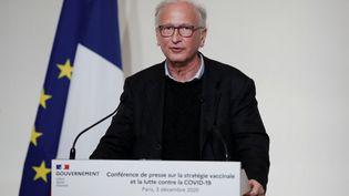 L'immunologue Alain Fischer lors d'une conférence de presse sur la stratégie vaccinale du gouvernement, le 3 décembre 2020, à Paris. (BENOIT TESSIER / AFP)