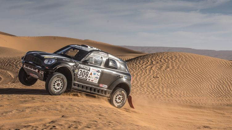 Mikko Hirvonen (Mini) s'habitue à rouler dans les dunes de sable (MCH PHOTO)