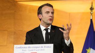 Emmanuel Macron lors de son discours devant la conférence des évêques, à Paris, le 9 avril 2018. (LUDOVIC MARIN / AFP)