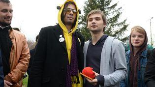 Le blogueur russe Rouslan Sokolovski (troisième en partant de la gauche) pose en compagnie d'un homme déguisé en Pokémon en marge de son procès àEkaterinbourg (Russie), le 11 mai 2017. (PAVEL LISITSYN / AFP)
