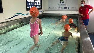 Séance d'aisance aquatique dans le camion piscine avec des enfants d'une école maternelle de Marle (Aisne), le mardi 28 septembre 2021. (LUC CHEMLA / FRANCEINFO / RADIOFRANCE)