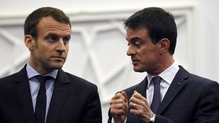 Emmanuel Macron et Manuel Valls, le 10 avril 2016 à Alger. (FAROUK BATICHE / AFP)