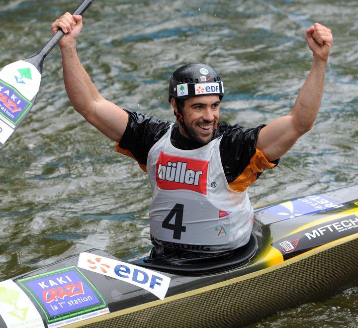 Guillaume Alzingre termine premier lors des championnats du monde de canoë-kayak en sprint à Augsburg (Allemagne), le 11 juin 2011. (CHRISTOF STACHE / AFP)
