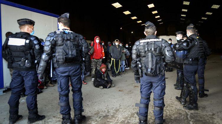 Des gendarmes encerclent des fêtards dans un hangard à Lieuron près de Rennes, le 2 janvier 2021. (JEAN-FRANCOIS MONIER / AFP)