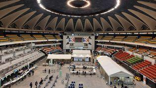 Le Palais des sports de Gerland accueille le soir les candidats au vaccin. (MATHILDE IMBERTY / RADIO FRANCE)