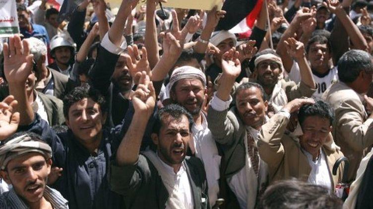 Des manifestants anti Saleh, à Sanaa, samedi 8 octobre. (MOHAMMED HUWAIS / AFP)
