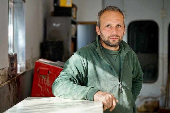 Stéphane Scandola, garagiste à Tende, dans les Alpes-Maritimes. (FM / FRANCEINFO)
