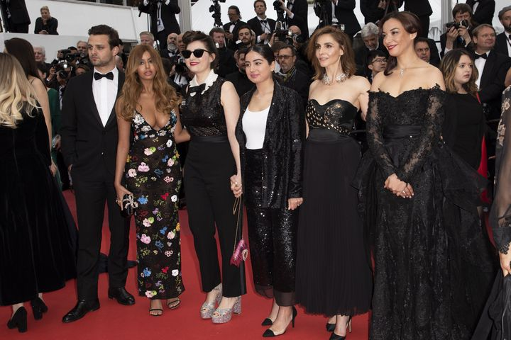 Zahia Dehar, la réalisatrice Rebecca Zlotowsky et Clotilde Courrau montant le tais rouge de Cannes le 19 mai 2019 (SYSPEO/SIPA)