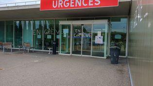 L'entrée d'un service d'urgences en grève, à l'hôpital de Valence (Drôme), le 27 mars 2019. (NICOLAS GUYONNET / HANS LUCAS / AFP)
