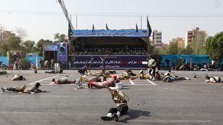 Des soldats blessés après une attaque terroriste pendant un défilé militaire à Ahvaz, en Iran, le 22 septembre 2018. (ALIREZA MOHAMMADI / ISNA)