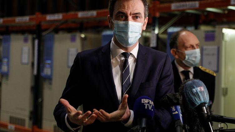 Le ministre de la Santé, Olivier Véran,répond à la presse lors de la visited'un dessites de stockage du vaccin contre le Covid-19, àChanteloup-en-Brie (Seine-et-Marne), le 22 décembre 2020. (GEOFFROY VAN DER HASSELT / AFP)