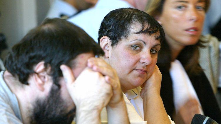Myriam Badaoui, au centre, le 8 juin 2004 au palais de justice de Saint-Omer (Pas-de-Calais), lors du procès de l'affaire d'Outreau. (PHILIPPE HUGUEN / AFP)